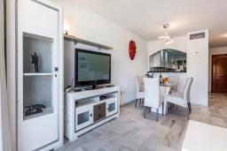 Гостиная / Столовая. Испания, Пуэрто Банус : Прекрасная квартира на второй линии в Пуэрто Банус, 2 спальни, 2 ванные комнаты,полностью оборудованной кухней и фантастическим видом на пристань для яхт и море с собственной террасы.