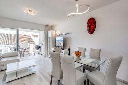Обеденная зона. Испания, Пуэрто Банус : Прекрасная квартира на второй линии в Пуэрто Банус, 2 спальни, 2 ванные комнаты,полностью оборудованной кухней и фантастическим видом на пристань для яхт и море с собственной террасы.