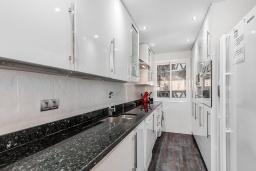 Кухня. Испания, Пуэрто Банус : Прекрасная квартира на второй линии в Пуэрто Банус, 2 спальни, 2 ванные комнаты,полностью оборудованной кухней и фантастическим видом на пристань для яхт и море с собственной террасы.