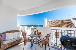 Терраса. Испания, Пуэрто Банус : Прекрасная квартира на второй линии в Пуэрто Банус, 2 спальни, 2 ванные комнаты,полностью оборудованной кухней и фантастическим видом на пристань для яхт и море с собственной террасы.