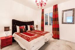 Спальня. Испания, Пуэрто Банус : Прекрасная квартира на второй линии в Пуэрто Банус, 2 спальни, 2 ванные комнаты,полностью оборудованной кухней и фантастическим видом на пристань для яхт и море с собственной террасы.