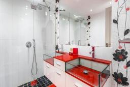 Ванная комната. Испания, Пуэрто Банус : Прекрасная квартира на второй линии в Пуэрто Банус, 2 спальни, 2 ванные комнаты,полностью оборудованной кухней и фантастическим видом на пристань для яхт и море с собственной террасы.