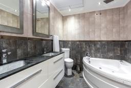Ванная комната 2. Испания, Пуэрто Банус : Прекрасная квартира на второй линии в Пуэрто Банус, 2 спальни, 2 ванные комнаты,полностью оборудованной кухней и фантастическим видом на пристань для яхт и море с собственной террасы.