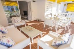 Терраса. Испания, Новая Андалусия : Фантастические апартаменты расположены всего в 15 минутах ходьбы от пляжа. Имеется Wi-Fi, кондиционер, открытый бассейн и шикарный сад.