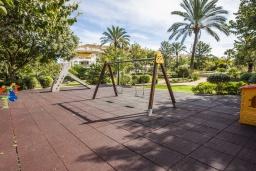 Детская площадка. Испания, Новая Андалусия : Фантастические апартаменты расположены всего в 15 минутах ходьбы от пляжа. Имеется Wi-Fi, кондиционер, открытый бассейн и шикарный сад.