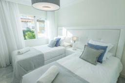 Спальня 2. Испания, Новая Андалусия : Фантастические апартаменты расположены всего в 15 минутах ходьбы от пляжа. Имеется Wi-Fi, кондиционер, открытый бассейн и шикарный сад.