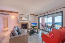 Гостиная / Столовая. Испания, Пуэрто Банус : Красивый современный 2-спальный пентхаус с панорамным видом на море и просторной террасой  самом сердце Пуэрто-Бануса