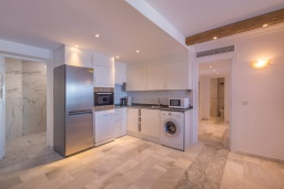 Кухня. Испания, Пуэрто Банус : Красивый современный 2-спальный пентхаус с панорамным видом на море и просторной террасой  самом сердце Пуэрто-Бануса