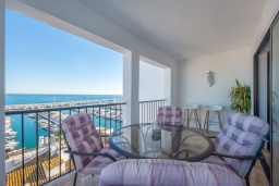 Терраса. Испания, Пуэрто Банус : Красивый современный 2-спальный пентхаус с панорамным видом на море и просторной террасой  самом сердце Пуэрто-Бануса