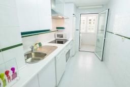 Кухня. Испания, Новая Андалусия : Просторные апартаменты расположены в городе Марбелья. Светлые, уютные комнаты находятся на первом этаже.