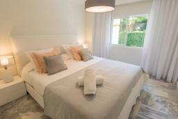 Спальня. Испания, Новая Андалусия : Просторные апартаменты расположены в городе Марбелья. Светлые, уютные комнаты находятся на первом этаже.