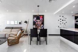 Обеденная зона. Испания, Пуэрто Банус : Роскошная 2-спальная квартира в аренду в Пуэрто Банус с видом на море и пристань для яхт, все удобства в квартире для хорошего отдыха