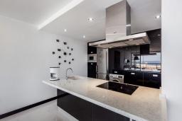 Кухня. Испания, Пуэрто Банус : Роскошная 2-спальная квартира в аренду в Пуэрто Банус с видом на море и пристань для яхт, все удобства в квартире для хорошего отдыха