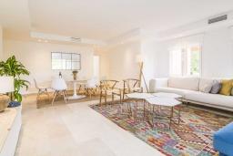 Гостиная / Столовая. Испания, Марбелья : Изысканые апартаменты в тропическом стиле с 4 спальнями. В комплексе: тренажерный зал, сауна, игровая комната для детей и бассейн.