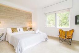 Спальня. Испания, Марбелья : Изысканые апартаменты в тропическом стиле с 4 спальнями. В комплексе: тренажерный зал, сауна, игровая комната для детей и бассейн.