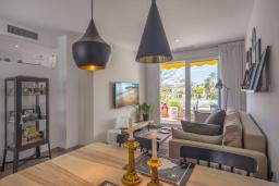 Гостиная / Столовая. Испания, Пуэрто Банус : Отличный дуплекс в 1 км от пляжа и Пуэрто Банус с бассейном и 4 террасами, 2 спальни, 2 ванные комнаты,