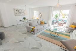 Гостиная / Столовая. Испания, Новая Андалусия : Очаровательные апартаменты расположены в Новой Андалусии. Комнаты выполнены в неповторимом современном средиземноморском стиле.