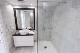 Ванная комната 2. Испания, Новая Андалусия : Очаровательные апартаменты расположены в Новой Андалусии. Комнаты выполнены в неповторимом современном средиземноморском стиле.