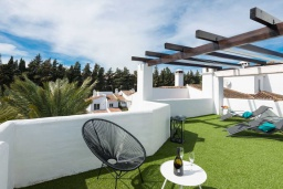 Терраса. Испания, Новая Андалусия : Очаровательные апартаменты расположены в Новой Андалусии. Комнаты выполнены в неповторимом современном средиземноморском стиле.