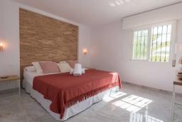 Спальня. Испания, Новая Андалусия : Очаровательные апартаменты расположены в Новой Андалусии. Комнаты выполнены в неповторимом современном средиземноморском стиле.