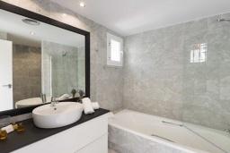 Ванная комната. Испания, Новая Андалусия : Очаровательные апартаменты расположены в Новой Андалусии. Комнаты выполнены в неповторимом современном средиземноморском стиле.