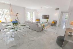 Обеденная зона. Испания, Новая Андалусия : Очаровательные апартаменты расположены в Новой Андалусии. Комнаты выполнены в неповторимом современном средиземноморском стиле.