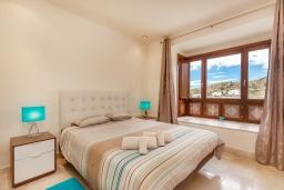 Спальня. Испания, Марбелья : Просторный 4-спальный, роскошный таунхаус в аренду в небольшом тихом охраняемом поселке с потрясающим панорамным видом на горы и море в Михасе