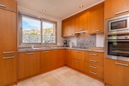 Кухня. Испания, Марбелья : Просторный 4-спальный, роскошный таунхаус в аренду в небольшом тихом охраняемом поселке с потрясающим панорамным видом на горы и море в Михасе