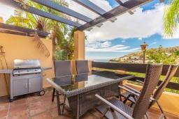 Терраса. Испания, Марбелья : Просторный 4-спальный, роскошный таунхаус в аренду в небольшом тихом охраняемом поселке с потрясающим панорамным видом на горы и море в Михасе