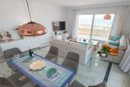 Обеденная зона. Испания, Пуэрто Банус : Замечательные апартаменты расположены прямо у пляжа. Располагают 3 спальнями и 2 ванными комнатами с биде и ванной.