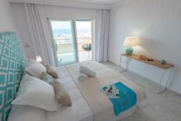 Спальня. Испания, Пуэрто Банус : Замечательные апартаменты расположены прямо у пляжа. Располагают 3 спальнями и 2 ванными комнатами с биде и ванной.