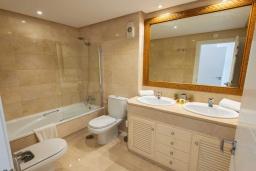 Ванная комната. Испания, Пуэрто Банус : Замечательные апартаменты расположены прямо у пляжа. Располагают 3 спальнями и 2 ванными комнатами с биде и ванной.