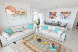 Гостиная / Столовая. Испания, Пуэрто Банус : Замечательные апартаменты расположены прямо у пляжа. Располагают 3 спальнями и 2 ванными комнатами с биде и ванной.