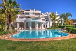 Вид на виллу/дом снаружи. Испания, Марбелья : Красивый, большой и роскошный таунхаус с 3 спальнями с видом на поле для гольфа