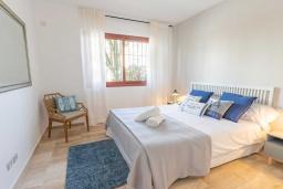 Спальня 2. Испания, Сан-Педро-де-Алькантара : Изумительные апартаменты расположены под горным хребтом Сьерра-Бланка. Располагают 3 комнатами, которые имеют шикарный минималистский декор.