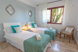 Спальня 3. Испания, Сан-Педро-де-Алькантара : Изумительные апартаменты расположены под горным хребтом Сьерра-Бланка. Располагают 3 комнатами, которые имеют шикарный минималистский декор.