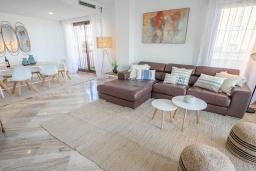 Гостиная / Столовая. Испания, Сан-Педро-де-Алькантара : Изумительные апартаменты расположены под горным хребтом Сьерра-Бланка. Располагают 3 комнатами, которые имеют шикарный минималистский декор.