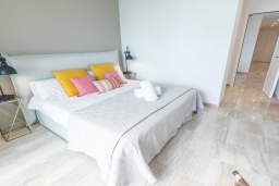 Спальня. Испания, Сан-Педро-де-Алькантара : Изумительные апартаменты расположены под горным хребтом Сьерра-Бланка. Располагают 3 комнатами, которые имеют шикарный минималистский декор.