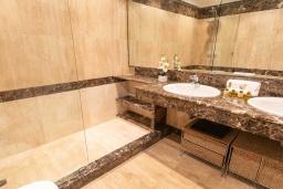 Ванная комната. Испания, Сан-Педро-де-Алькантара : Изумительные апартаменты расположены под горным хребтом Сьерра-Бланка. Располагают 3 комнатами, которые имеют шикарный минималистский декор.