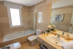 Ванная комната. Испания, Новая Андалусия : Очаровательные апартаменты располагают 3 спальнями с гигантской солнечной террасой. Находятся в нескольких минутах ходьбы от Пуэрто Банус и пляжа.