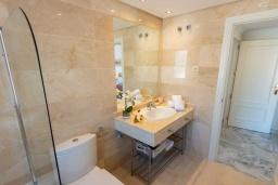 Ванная комната 2. Испания, Новая Андалусия : Очаровательные апартаменты располагают 3 спальнями с гигантской солнечной террасой. Находятся в нескольких минутах ходьбы от Пуэрто Банус и пляжа.