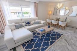 Гостиная / Столовая. Испания, Новая Андалусия : Очаровательные апартаменты располагают 3 спальнями с гигантской солнечной террасой. Находятся в нескольких минутах ходьбы от Пуэрто Банус и пляжа.