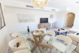 Обеденная зона. Испания, Новая Андалусия : Очаровательные апартаменты располагают 3 спальнями с гигантской солнечной террасой. Находятся в нескольких минутах ходьбы от Пуэрто Банус и пляжа.