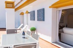 Терраса. Испания, Новая Андалусия : Очаровательные апартаменты располагают 3 спальнями с гигантской солнечной террасой. Находятся в нескольких минутах ходьбы от Пуэрто Банус и пляжа.