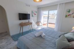 Спальня. Испания, Новая Андалусия : Очаровательные апартаменты располагают 3 спальнями с гигантской солнечной террасой. Находятся в нескольких минутах ходьбы от Пуэрто Банус и пляжа.
