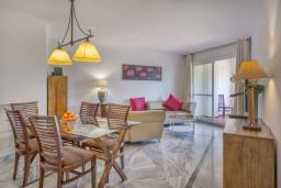 Гостиная / Столовая. Испания, Марбелья : Апартаменты с собственной террасой и садом,3 спальни, 2 ванные комнаты, частная терраса