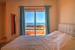 Спальня. Испания, Марбелья : Просторный роскошный таунхаус с 5 спальнями в небольшом тихом закрытом поселке с потрясающим панорамным видом на горы и море