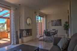 Гостиная / Столовая. Испания, Марбелья : Просторный роскошный таунхаус с 5 спальнями в небольшом тихом закрытом поселке с потрясающим панорамным видом на горы и море