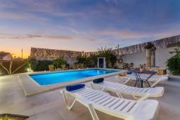 Зона отдыха у бассейна. Испания, Манакор : Прекрасная вилла с частным бассейном, просторной террасой и барбекю в Льорет-де-Висталегре
