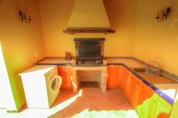 Летняя кухня. Испания, Мораира : Небольшая уютная вилла с бассейном, 3 спальни, 2 ванные комнаты, бесплатный Wi-Fi